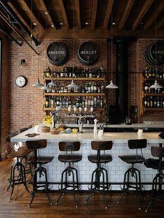 bancada de bar em azulejo branco em bar rustico