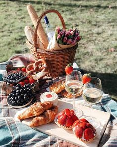 Picnic Ideas Discover Image in Foodie collection by Shorena Ratiani Image about happy in Foodie by Shorena Ratiani Picnic Date Food, Picnic Time, Picnic Parties, Fall Picnic, Indoor Picnic Date, Beach Picnic Foods, Family Picnic Foods, Healthy Picnic Foods, Picnic In The Park