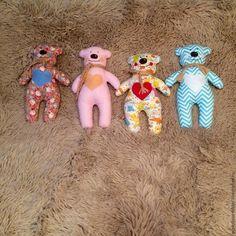 Kumaşlardan oyuncak ayı yapımı yapıyoruz. Amigurumi oyuncak modellerinin yanı sıra zaman zaman kumaş oyuncak modellerine de değiniyoruz. Dikiş severler , b