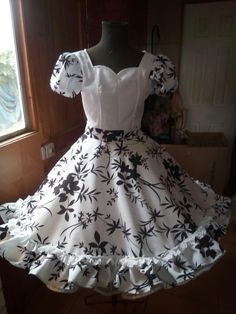 Clogs Outfit, Frocks, Fashion Outfits, Dancing, How To Wear, Dresses, Folklorico Dresses, Briefs, Folklore