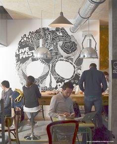 """La Bicicleta (Madrid). Un local """"bici wellcome"""", perfecto como lugar de trabajo y donde se puede disfrutar de magnífico café. Es lo que nos ofrece La Bicicleta, uno de los últimos en llegar al madrileño barrio de Malasaña. Sin duda, una combinación que enamora, porque casi a cualquier hora las mesas están repletas. Bollería artesana y picoteo casero son la guinda del paste. Un nuevo imprescindible."""