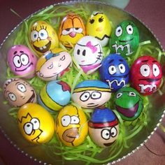 Painted easter eggs which some classic cartoons in mind. Includes: M&M's (even the seductive one), South Park, Tommy Pickles and his ball from Rugrats, The Simpsons, Spongebob and Patrick, Hello Kitty, Garfield, Kermit the Frog, and my favorite--HEY ARNOLD! :) Egg Shell Art, Spongebob Patrick, Egg Designs, Kermit The Frog, Ideas Para Fiestas, Egg Art, Classic Cartoons, Egg Decorating, Egg Shells