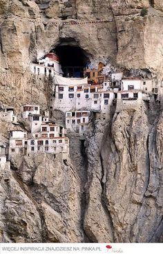 budynki na skale
