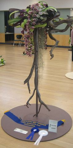 Floor design with wood Contemporary Flower Arrangements, White Flower Arrangements, Flower Vases, Ikebana, Flower Show, Flower Art, Art Floral, Church Flowers, Japanese Flowers