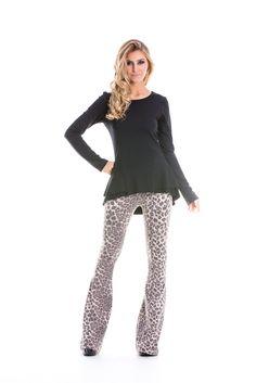 Calça flare animal print, estampa oncinha, moderna, estilosa e versátil.