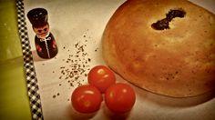 Hoy para cenar nos trasladamos al salón de una casa toscana...  Pan de tomates secos y albahaca.  !! Y con la míía máma !!