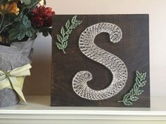 Afbeeldingsresultaat voor string art letters van s String Art Letters, String Wall Art, Nail String Art, String Crafts, String Art Patterns Letters, Cute Crafts, Crafts To Do, Arts And Crafts, Diy Crafts