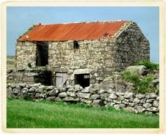Old stone barn - I'd like one of these, to renovate into a holiday cottage Stone Barns, Stone Houses, Stone Fence, Farm Barn, Old Farm, Brick And Stone, Old Stone, Country Barns, Country Life