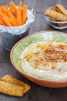 Y, por supuesto, en esta lista de aperitivos no podía faltar el clásico de los millennial: el hummus. Aquí tienes la receta.