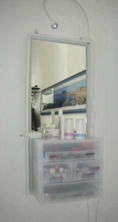 Postazione per il trucco: Acquista da Ikea cornice Norrlinda, Luce da tavolo Jansjo, set 2 scatole Kupol 13x18x8, 2 scatole kupol 27x18x8. Smonta vetro e pannello della cornice e sostituiscili con pannello in mdf spesso 0.8 cm. attacca le scatole al pannello con viti e incolla con il silicone nella restante parte uno specchio tagliato a misura. Fora con il trapano la cornice nella parte alta ed inserisci la lampada eliminando la base.