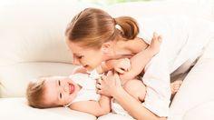 """Alter: Ab dem 8. Monat  Du förderst: Sprache  Und so geht's: Frage dein Baby nach seinen verschiedenen Körperteilen, z.B. """"Wo ist dein Bauch?"""" und gib dann die Antwort, indem du es an..."""