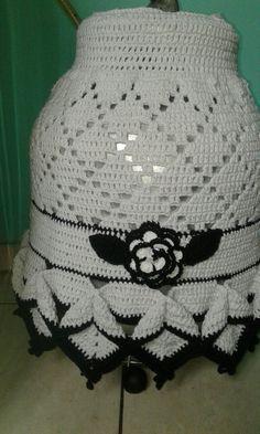 Capa para botijão  de gás  de crochê  branco e preto