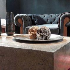 Mesa de hormigón pulido de 1.20x0.90x0.35  Sillón Chester tapizado en tuzor.  #diseñointerior #espacios #table #sofas #arquitectura