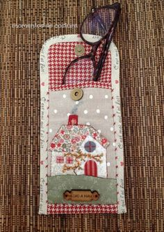 Applique glasses case x Quilted Gifts, Quilted Bag, Hobbies And Crafts, Diy And Crafts, Quilting Projects, Sewing Projects, Quilt Patterns, Sewing Patterns, Glasses Case