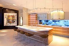 une cuisine moderne en bois avec un îlot central en bois et marbre