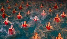 Noord-Koreanen zwemmen synchroon op het nummer 'Wij zullen onze generaal Kim Jong-un verdedigen met risico voor eigen leven'. Of het een internationale hit wordt, valt nog te betwijfelen. #Hit #NoordKorea #Zwemmen #Synchroon