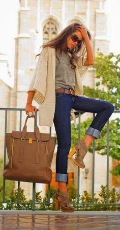 Hellbeige Strickjacke Mit Schalkragen, Graues T-Shirt mit Rundhalsausschnitt, Dunkelblaue Enge Jeans, Braune Wildleder Stiefeletten mit Ausschnitten für Damen