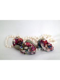 Perla torbellino. Collar de perlas de río decorado con pétalos verdes y tres pompones de seda multicolor.