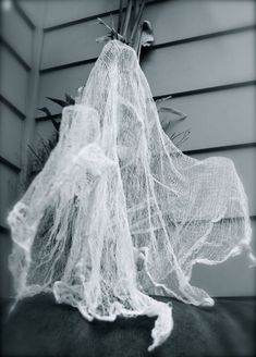 cheesecloth ghosts by chicken blog fantasma de gazes if you want to know how to make this nice cheeseclo pinteres - Cheesecloth Halloween Decorations