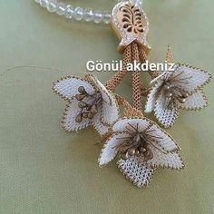 Chrochet, Crochet Scarves, Brooch, Jewels, Diy Kid Jewelry, Necklaces, Modern Crochet, Crochet Bedspread, Crochet Flowers