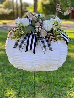 White Pumpkin Decor, White Pumpkins, Fall Pumpkins, Dollar Tree Pumpkins, Holiday Crafts, Holiday Decor, Pumpkin Wreath, Pumpkin Decorating, Grapevine Wreath