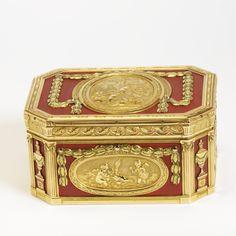 Snuffbox, R J Auguste, Paris, 1769-71, museum no. M.137-1917   The Victoria and Albert Museum, London Antique Boxes, Antique Art, Cat Hug, V & A Museum, Cigarette Box, Pretty Box, Gold Box, Vintage Box, Victoria And Albert Museum
