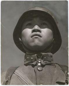 Enfant soldat, Hankou, Chine, mars 1938 http://monblog75.blogspot.fr/search/label/Photos%3A%20Robert%20Capa