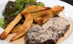 Pfeffersteak mit Cognac flambiert und Pommes frites au four