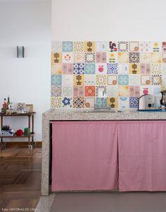 Cozinha aberta com azulejos estampados e cortininha no lugar de armário. Veja mais desse ambiente em www.historiasdecasa.com.br