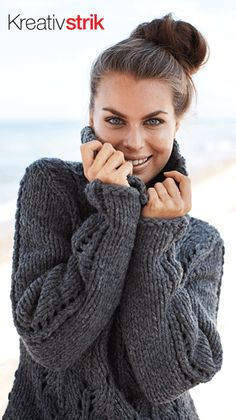 Gratis strikkeopskrifter: Lækker striktrøje med stor krave og hulmønstre på bul og ærmer, feminin i et meget kraftigt, men let garn. Garnet i en skøn grå farve giver sweateren et smukt og stilrent look