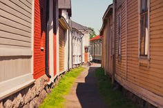 Vanha Rauma on haluttu asuinalue. Gate Decoration, Wooden Buildings, Wooden Houses, Stone Street, Wooden Architecture, City Landscape, Pathways, Old Town, The Neighbourhood