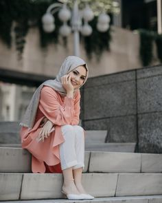 Image may contain: 1 person, standing, outdoor and closeup Hijab Casual, Hijab Chic, Arab Girls, Muslim Girls, Muslim Women, Islamic Fashion, Muslim Fashion, Modest Fashion, Hijabi Girl
