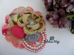 Sweet Cinnamon Brooch Size : 9 cm Colours : perpaduan warna pastel Materials : satin ribbon grade A, lace and beads Flower Brooch, Corsage, Fabric Flowers, Bros Pita, Diy And Crafts, Recycling, Ribbon, Pastel, Colours
