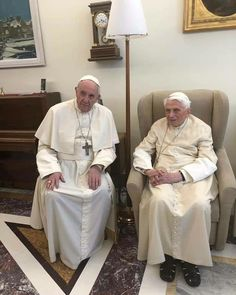 Pope Francis paid a visit to Benedict XVI today at the Mater Ecclesiae monastery at the Vatican. Catholic News, Roman Catholic, Papa Francisco Frases, Juan Pablo Ii, Pope Benedict Xvi, Italy Pictures, Bento, Holy Week, My Church
