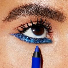 Learn how to wear blue eyeliner on your bottom lids in this edgy eye makeup tutorial by Maybelline. The blue eyeliner look will be your go-to, summer makeup. Makeup Trends, Makeup Inspo, Makeup Inspiration, Makeup Ideas, Prom Makeup Looks, Fall Makeup Looks, 70s Makeup, Eye Makeup Tips, Edgy Eye Makeup