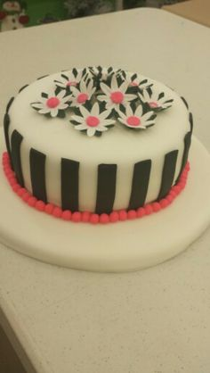 Gretchen Heiar made this beautiful Fondant cake in Course 3 - Gum Paste and Fondant. Call Mona at for more info on information on classes. Cake Decorating Classes, Gum Paste Flowers, Fondant, Desserts, Beautiful, Food, Pastries, Tailgate Desserts, Deserts
