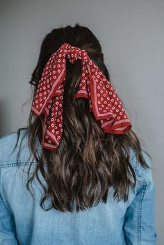 5 Fun ways to wear a bandana in your hair this summer. From simple ponytails, to headbands and two ways to fold your silk bandanas for a new look! hair styles How To Wear A Bandana In Your Hair This Summer - My Style Vita Comment Porter Un Bandana, Simple Ponytails, Ponytail Easy, Half Ponytail, Easy Hair, Corte Y Color, Scarf Hairstyles, Bandana Hairstyles For Long Hair, Long Hair Hairdos
