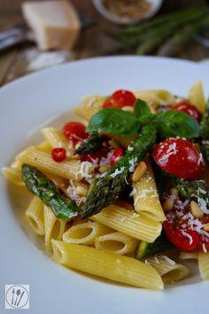 Pasta mit grünem Spargel, Kirschtomaten und Pinienkernen