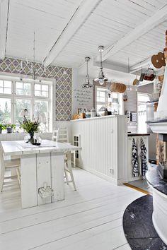 Ljust och rymligt kök för hela familjen! på väggarna sitter gästgivars. Via…