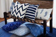 Zweedse ontwerpen met Scandinavische kleuren en patronen die in India met de hand  zijn gewoven van hoogwaardig linnen.  Deze mooie verzameling kussens van het  Zweedse merk Chhatwal & Jonsson vind  je bij www.thesixtine.com, zoals de Ikat Goa blauw (€ 29,95) en de Zigzag (€ 55,-).