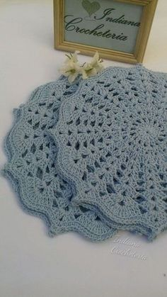 Gorgeous croche sousplats in baby blue color! for you that like to receive with refinement or to give. Game with 4 pieces. Each sousplat measures Note: I accept orders for game of 6 and 8 pieces in the color you wish. Crochet Mat, Crochet Dollies, Crochet Doily Patterns, Crochet Squares, Crochet Home, Crochet Flowers, Free Crochet, Crochet Placemats, Baby Blue Colour
