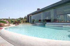 Heute geht es nach Sardinien, genauer gesagt auf die kleine Insel La Maddalena. Hier finden wir eine Luxusvilla mit kristallklarem Pool, riesigen Fensterfronten und einem atemberaubenden Ausblick auf Natur, Meer und Vegetation. Klingt vielversprechend? Dann viel Spaß mit den Bildern.