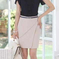 Saia Estilo Elegante                                                                                                                                                                                 Mais Office Attire, Office Outfits, Skirt Fashion, Fashion Dresses, V Dress, Cute Skirts, Ideias Fashion, Rock, Classy