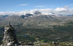 Stien til Sleukampen er merket fra Gamlevegen, øst for Eriksrud i Atndalen. Den følger en gammel veg for måsåkjøring oppover i skogen.Stien går på sørsida av toppen og runder opp mot toppen, på østsida.Flott utsikt mot dalen og Rondane. 144o moh. Tidsbruk: Ca 3 timer. Foto: Storm Øyen Kommentarer kommentarer