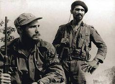Fidel Castro en la Sierra Maestra en 1958, junto al fallecido comandante Juan Almeida Bosque (fuente).