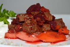 Krydret gullash kogt ind på fond og rødvin med woktern fra danske græsfodrede kødkvæg - mums, så bliver det ikke meget bedre!