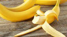 """突然ですが、バナナを食べ終わった後の""""皮""""をどうしてますか?もし捨てているというなら、もったいない!「I Heart Intelligence」では、バナナの皮が持つ10の効果が掲載されています。どうやら、知られざる力が隠されているようです。01.虫刺されのかゆみを軽減してくれるこれはまだ、科学的には証明されていないこと。ですが、バナナの皮に含まれている多糖には、鎮痛効果があると言われています。実"""