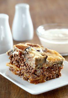 Мусака с баклажанами Это одно из самых известных блюд греческой кухни. Рецептов мусаки столько же, сколько рецептов борща – каждая хозяйка готовит по-своему. Самые популярные варианты – с баклажанами, но бывают мусаки из кабачков, шпината и даже из тыквы. Musaka, Eggplant, Banana Bread, Cooking Recipes, Pie, Dinner, Desserts, Food, Tips