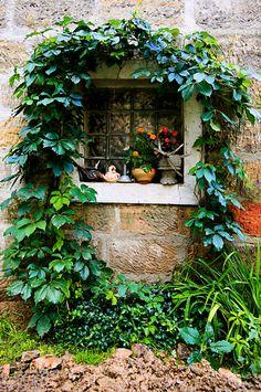 Malé okno stodoly orámovala popínavá zeleň, na parapet se vejdou různé drobnosti