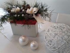 Il mio centrotavola fatto di pino e bacche con tema sfere e perle